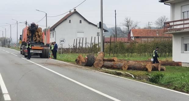 U Brestovcu slijetanje teretnog vozila u putni kanal