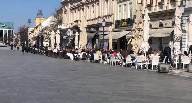 Otvorene su terase kafića, Brođani pune stolice, evo fotki