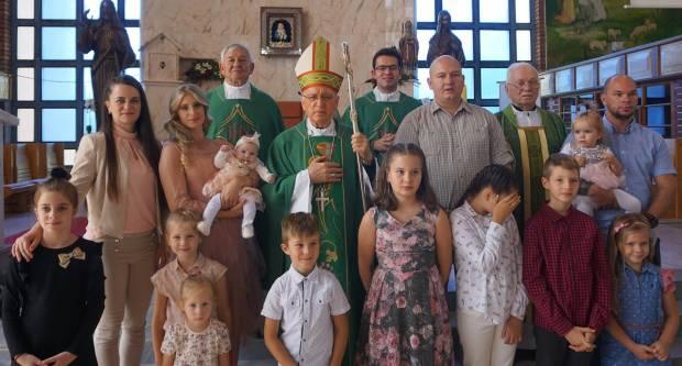 Biskup Škvorčević krstio u Pleternici peto dijete obitelji Blagojević