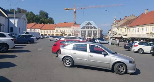 Jesu li za oštećenja vozila na Trgu Svetog Trojstva kriva neadekvatno obilježena parkirna mjesta?