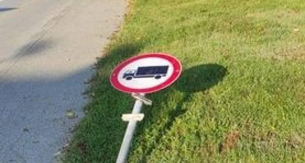 Netko se sinoć zaigrao: Srušen prometni znak u Ulici fra Grge Martića