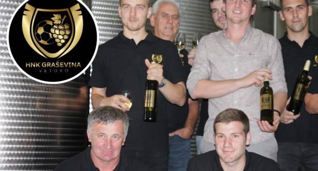 Nogometaši, vinari i uprava HNK Graševine Vetovo napunili klupsko vino u butelje