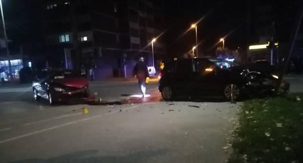 SLAVONSKI BROD - Prometna nesreća u središtu grada, od siline udarca srušen semafor