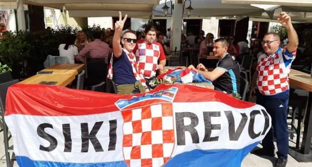Na splitskoj Rivi vijori se Hrvatska zastava s natpisom Sikirevci, dobili su nadimak ʺRakitićeviʺ