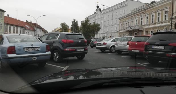 Svojim parkiranjem blokirao prolaz na Trgu, koliku bi kaznu zbog ovog platio u Austriji?