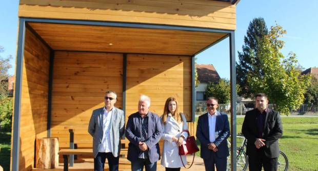 POŽEGA POKAZALA KAKO SE TO RADI: Župan Tomašević drvene nadstrešnice za bicikle plaća 9500 kuna po kvadratu