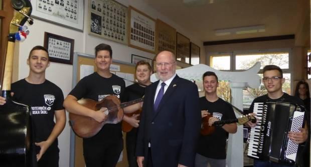 Učenici Elektrotehičke i Ekonomske škole Nova Gradiška susreli se s američkim veleposlanikom Robertom Kohorstom