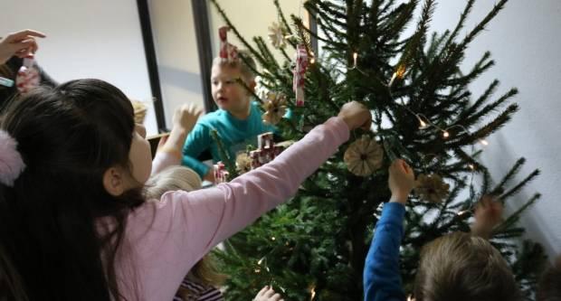 """Pakrački mališani uživali na drugoj ovogodišnjoj adventskoj pričaonici u sklopu programa """"Advent u Pakracu"""""""