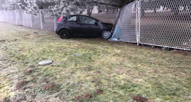 Prometna nesreća u Kutjevu, nakon izlijetanja s kolnika u ogradu vozilo se zapalilo