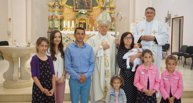 Krštenje petog djeteta roditelja Blažević u Pakracu