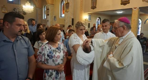 Biskup Škvorčević krstio šesto dijete u obitelji Šoštarić