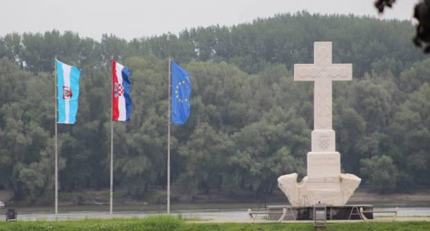 Grade spomenik o prvom srušenom avionu u Vukovaru