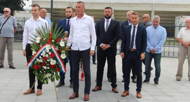 Povodom Dana Grada Kutjeva položeni su vijenci i zapaljene svijeće poginulim braniteljima na groblju sv. Marka u Kutjevu