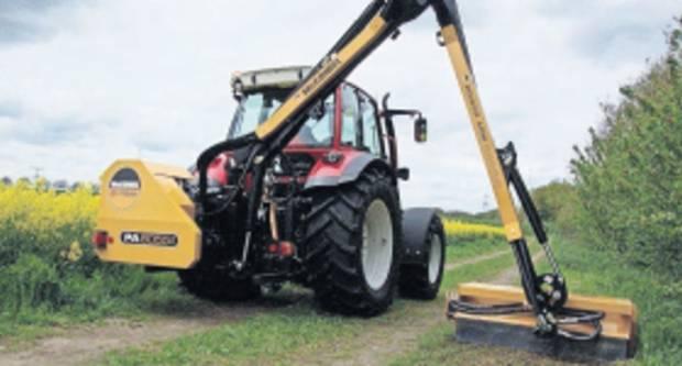 GUNJA: Traktor i kranska kosilica za održavanje kanala