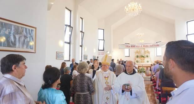 Biskup Škvorčević o 25. obljetnici progona banjalučkih Hrvata blagoslovio novu crkvu u Smrtiću