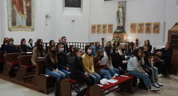 Služba večernjih hvala i molitveno bdijenje mladih u požeškoj Katedrali