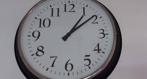 U nedjelju se sat pomiče unatrag, evo što se sve mijenja