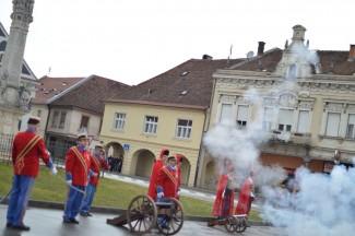 Grgurevo na Trgu Sv. Trojstva: Pucanj iz topa za Dan grada Požege