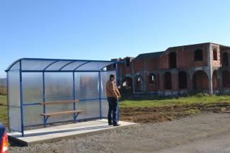 Postavljene nadstrešnice na autobusnim stajalištima u Alagincima i Komušini