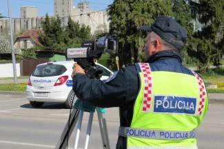 Vozio pod vidnim utjecajem alkohola pa vrijeđao policajce