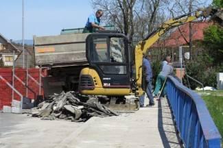 Sve se može kad se hoće: U tijeku sanacija pješačke staze na Orljavskom mostu