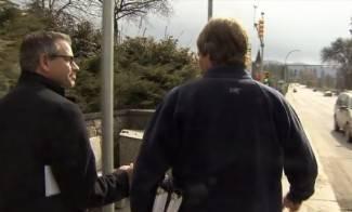 Novinar pratio odvjetnika pa se zabio glavom u stup (video)