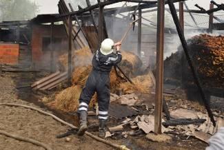 FOTO Izgorjeli štagalj i ambar, kuća spašena