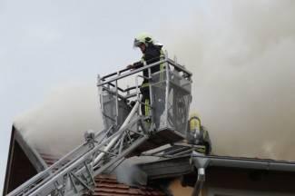 Izgorio krov, vatrogasci spasili ostatak kuće (foto, video)