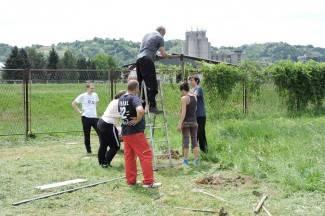 Volonteri udruge ¨Sirius¨ postavljaju ogradu; otvorenje parka u lipnju