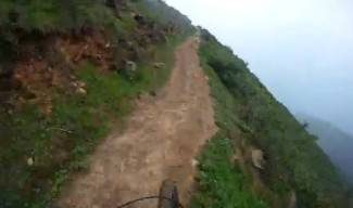 Jurio biciklom po uskoj stazi uz sam rub planine (video)