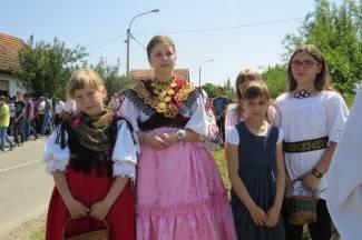 Tradicija graničarskog kraja: Vjernici posjetili tri križa uz nošnje i pjesmu (foto)
