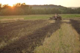 Zapalio se poljoprivredni stroj za baliranje