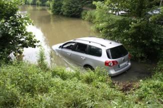 Brzo vozio makadamom pa Volkswagen ¨parkirao¨ u ribnjak