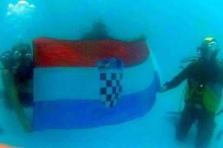 Vodeni performans: Ronioci razvili zastavu u požeškom bazenu (video)