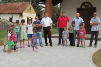 Šeovci imaju 120 stanovnika, 70 ih je mlađe od 25 godina. Grad im osigurava bolje uvjete života