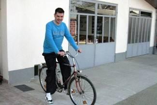 Unatoč sljepoći Krunoslav vozi bicikl i obožava čitati avanturističke romane