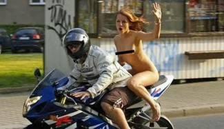 Potpuno gola na motoru, kažnjena jer nije nosila kacigu