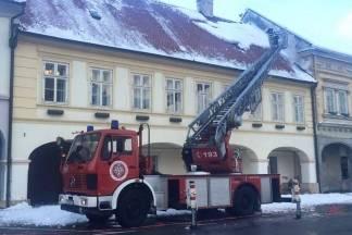 Vatrogasci čistili snijeg s krovova i uklanjali opasno drveće