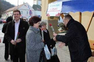 Gradonačelnik sa zamjenicima dijelio ruže prolaznicama za Dan žena