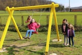 Djeca iz Buka dobila igralište: Uključili su se i mladi i stari, NK Buk te škola koja je dala zemljište