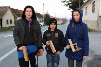 Ustaju u svitanje i klapaju selom: ¨Budimo seljane jer su crkvena zvona zavezana i ne zvone¨