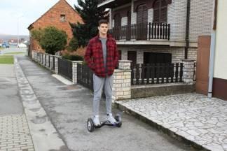 Pametni skuter ¨hoverboard¨ u Pleternici: ¨Imam osjećaj kao da lebdim¨