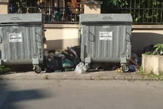 Razbacano smeće gotovo u samom centru grada
