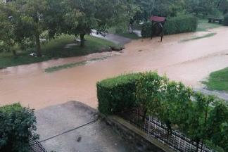Poplavljena dvorišta, podrumi i prometnice