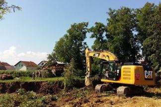 Počela sanacija nasipa u dvorištu obitelji Walter