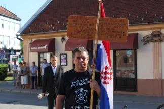 Usamljeni branitelj-prosvjednik na Trgu 123. brigade