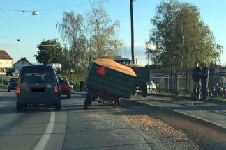 Prevrnula se traktorska prikolica u Zrinskoj ulici u Požegi