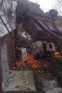 Prikolica mandarina zabila joj se u kuću