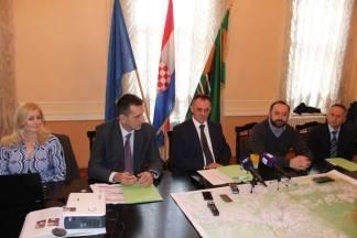 Župan Tomašević, ravnatelj Hrvatskog centra za razminiravanje i tvrtka ¨Titan¨ potpisali ugovor o razminiranju županije od mina