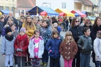 Božićni sajam u dvorištu OŠ Antuna Kanižlića
